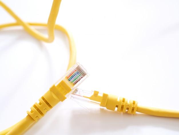 Die netzwerkkabel zum anschluss des internets an smart tv oder computer. Premium Fotos