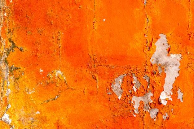 Die orange farbe, die auf betonmauer gemalt wird, ziehen ab. alter und schmutziger wandbeschaffenheitshintergrund Premium Fotos