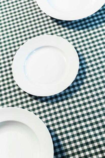 Die platte auf kariertem tischtuch Premium Fotos