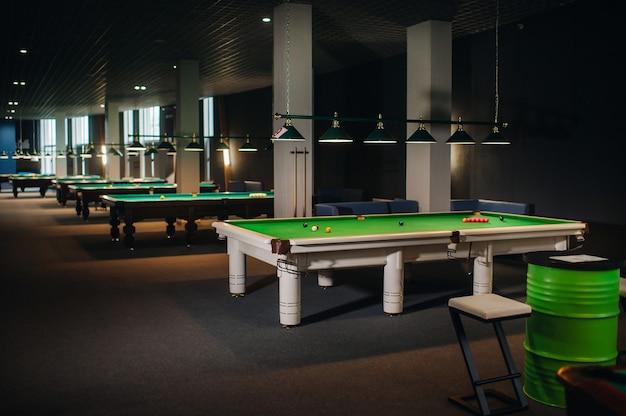 Die position der snooker-bälle auf dem grünen billardtisch Premium Fotos