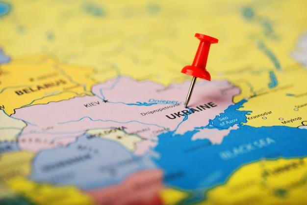 Die position des ziels auf der karte der ukraine wird durch eine rote reißzwecke angezeigt Premium Fotos