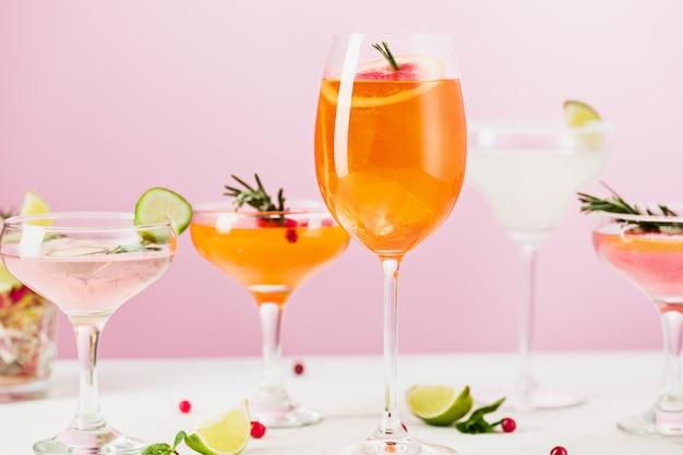 Die rose exotische cocktails und früchte auf rosa Kostenlose Fotos