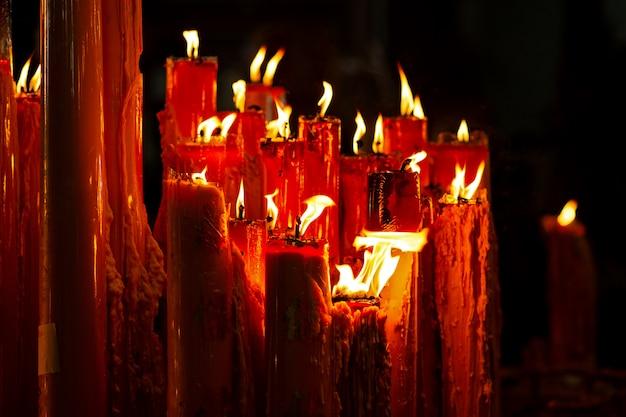 Die rote kerze mit im tempel angezündet Premium Fotos