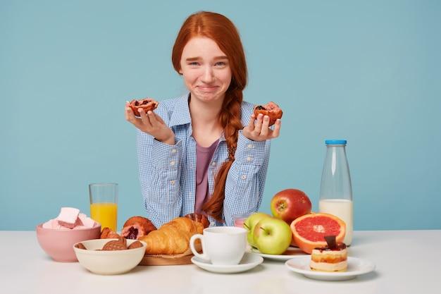 Die rothaarige glückliche lustige frau frühstückt Kostenlose Fotos