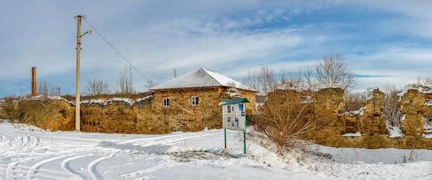 Die ruinen der alten burg im dorf mykulyntsi Premium Fotos