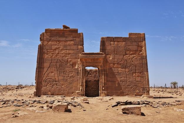 Die ruinen eines alten ägyptischen tempels in der wüste von sudan, nubien Premium Fotos