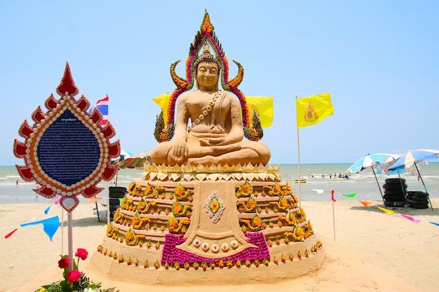 Die sandpagode von lord buddha wurde sorgfältig gebaut und beim songkran-festival wunderschön mit regenbogenblumen dekoriert Premium Fotos