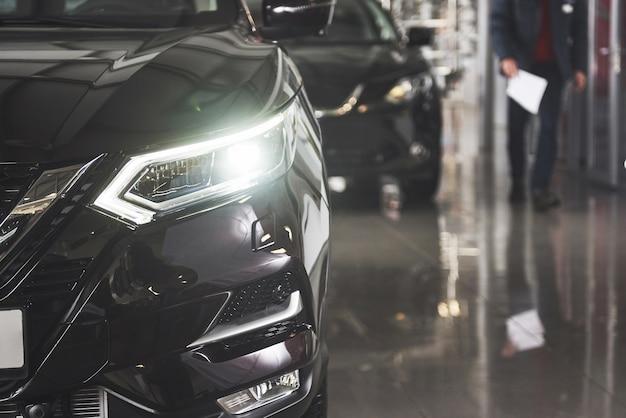 Die scheinwerfer und die motorhaube eines schwarzen luxusautos. Kostenlose Fotos