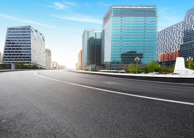 Die schnellstraße und die moderne skyline der stadt befinden sich in chengdu, china. Premium Fotos