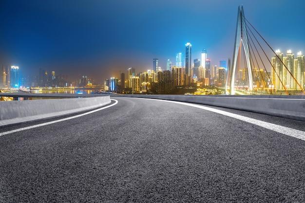 Die schnellstraße und die moderne skyline der stadt befinden sich in chongqing, china. Premium Fotos