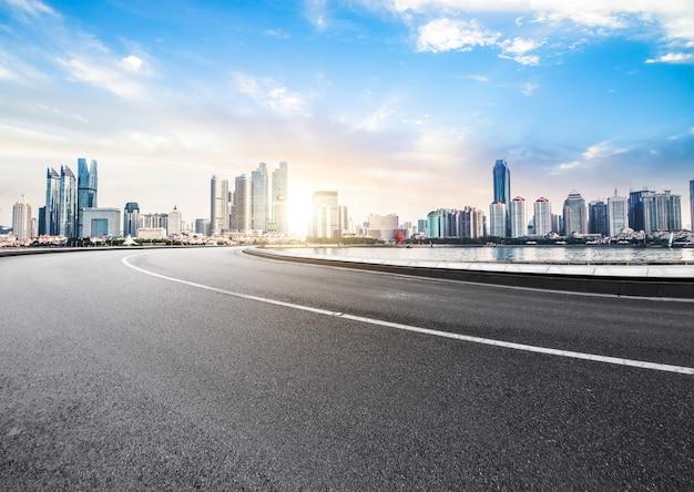 Die schnellstraße und die moderne skyline der stadt befinden sich in qingdao, china. Premium Fotos