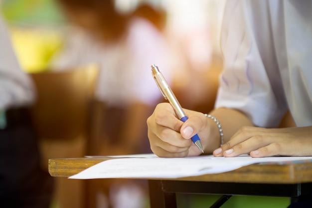 Die schüler machen den test oder die prüfung im klassenzimmer. Premium Fotos