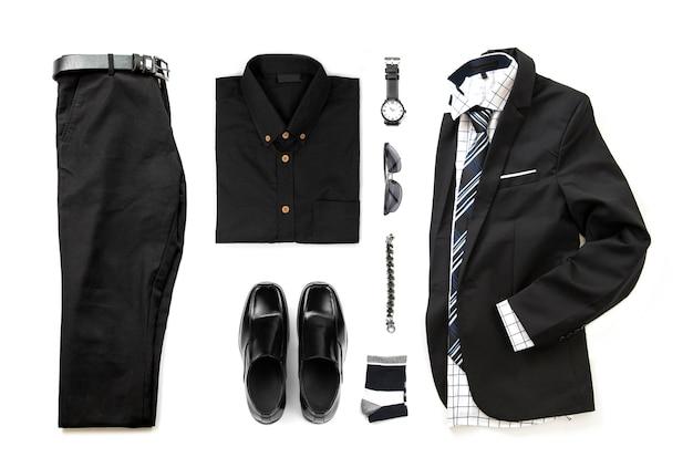 Die schwarze kleidung der männer stellte mit müßiggängerschuhen, uhr, socke, armband, bürohemd, bindung und anzug, hosengurtisolat auf einem weißen hintergrund, draufsicht ein Premium Fotos