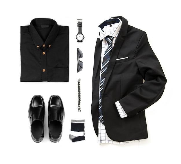 Die schwarze kleidung der männer stellte mit müßiggängerschuhen, uhr, socke, armband, hose, bürohemd, bindung und anzugsisolat auf einem weißen hintergrund, draufsicht ein Premium Fotos