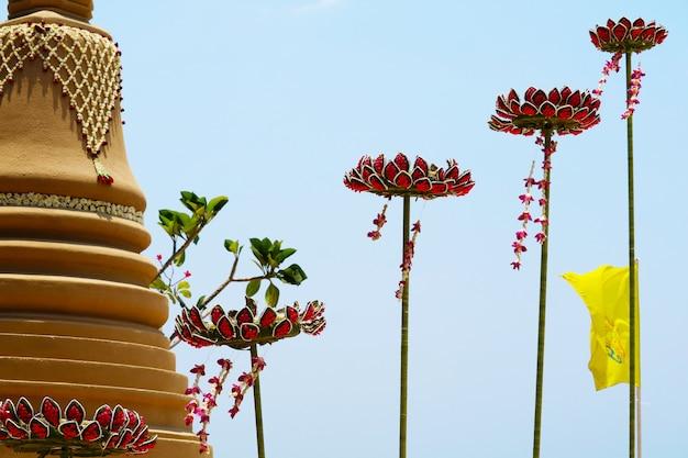 Die schwimmende sandpagode mit lotusblumen wurde sorgfältig gebaut und beim songkran-festival wunderschön dekoriert Premium Fotos