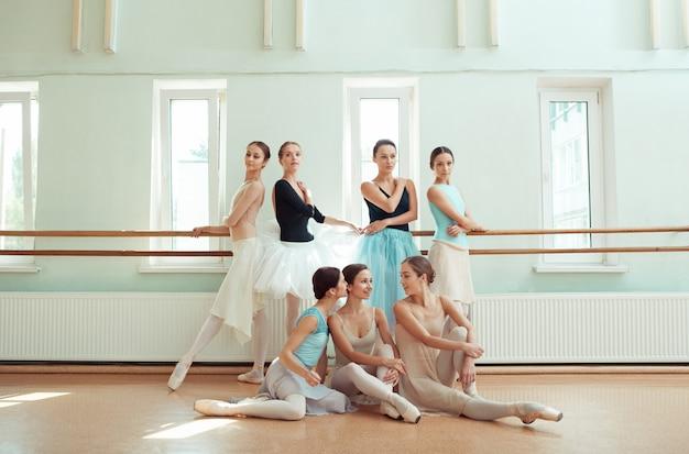 Die sieben ballerinas an der ballettstange Kostenlose Fotos