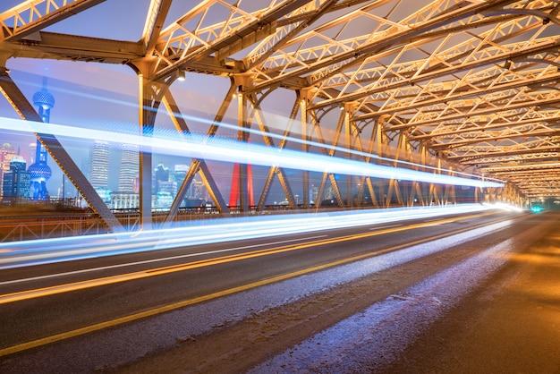 Die spur des autos auf der eisenbrücke, baiduqiao, shanghai, china Premium Fotos