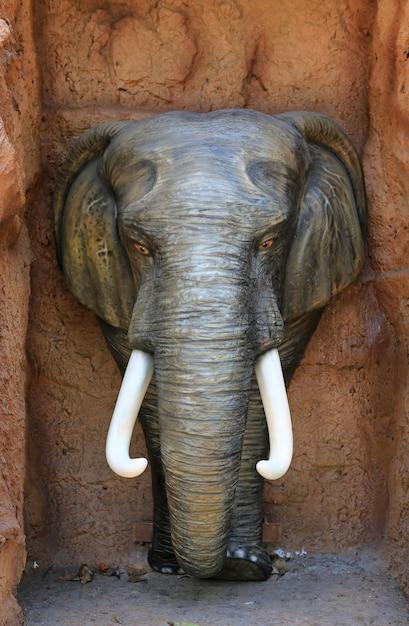 Die statue des elefantkopfes auf steinhintergrund. Premium Fotos