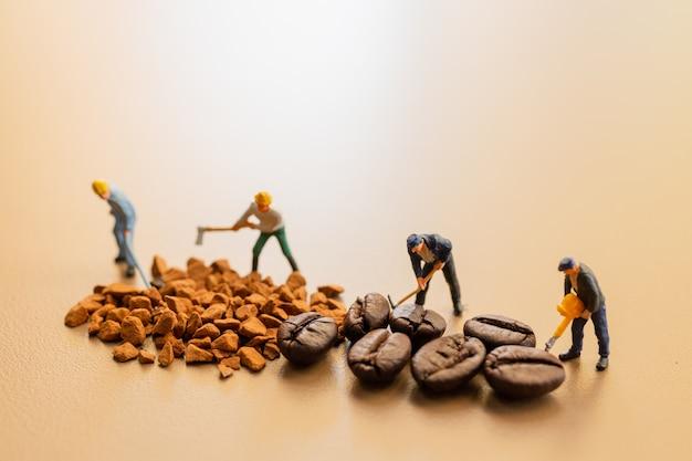 Die teams arbeiten bei der kaffeemischung sehr gut zusammen Premium Fotos