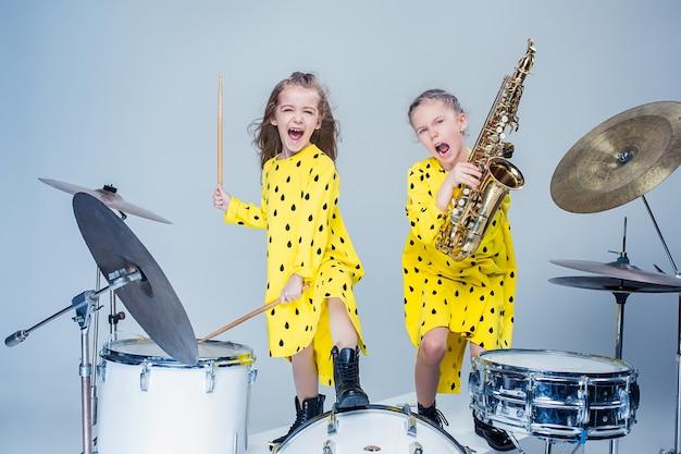 Die teenie-musikband tritt in einem aufnahmestudio auf Kostenlose Fotos