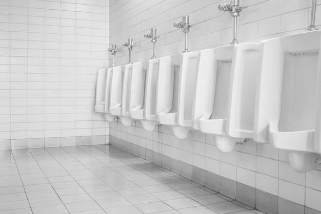 Die toilette des mannes mit toilettenansicht durch urinale, innenraum an der alten toilette Premium Fotos