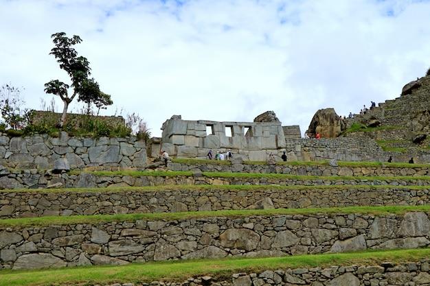 Die überreste des tempels der drei fenster in machu picchu inca citadel, region cusco, peru Premium Fotos