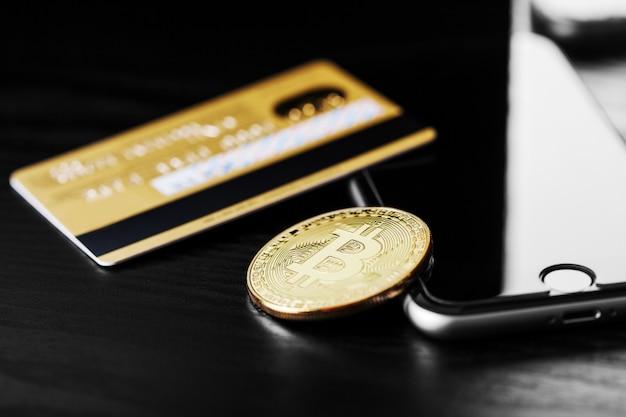 Die übertragung des dollars von der brieftasche auf bitcoin auf dem smartphone. blockchain. Premium Fotos