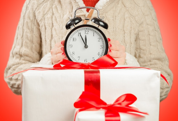 Die uhr auf den geschenkboxen Premium Fotos