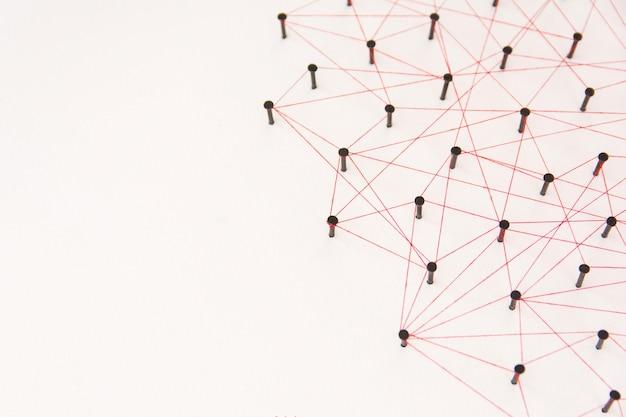 Die verbindung zwischen den beiden netzwerken. simulation verbunden mit rotem faden mit textfreiraum Premium Fotos