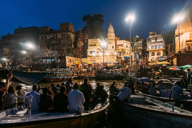 Die vielfalt der menschen in vielen booten beobachtet varanasi ganga aarti im heiligen dasaswamedh ghat. Premium Fotos