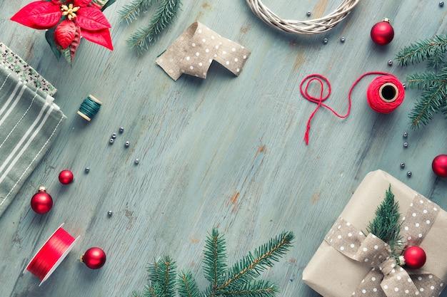 Die weihnachtswohnung lag im grauen, grünen, weißen und roten textraum. weihnachtshintergrund mit geschenkboxen und handgemachten dekorationen Premium Fotos