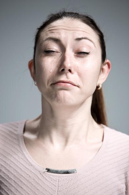 Die weinende frau mit tränen im gesicht nahaufnahme Kostenlose Fotos