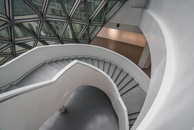 Die wendeltreppe des kunstmuseums, ein museum für zeitgenössische kunst in chongqing, china. Premium Fotos