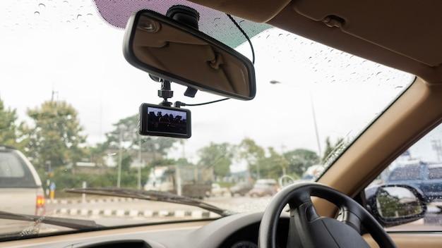Die windschutzscheibe hat an einem regnerischen tag eine autokamera installiert. Premium Fotos
