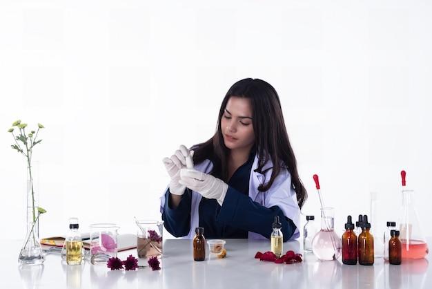 Die wissenschaftlerfrau, die im labor arbeitet Premium Fotos