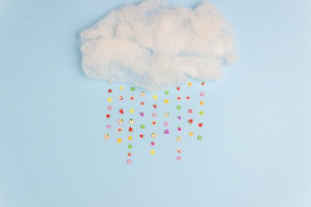 Die wolke, aus der fruchtiger regen kommt. minimales konzept. kreative idee. Premium Fotos