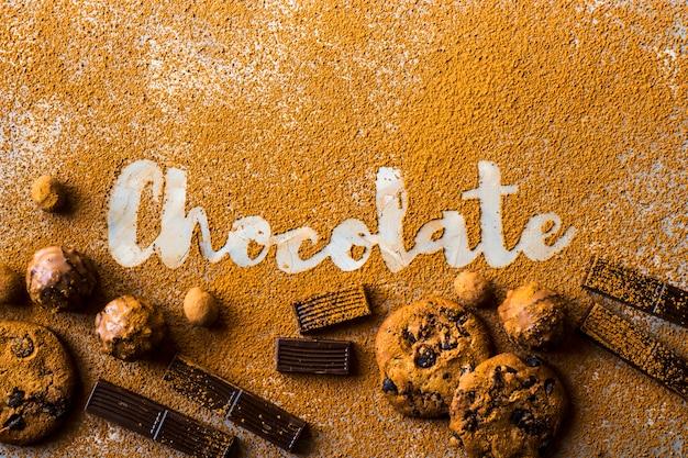 Die wortschokolade druckte auf kakao auf einem grauen hintergrund unter kakao Premium Fotos