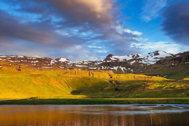 Die wunderschöne landschaft der berge und flüsse in island. Premium Fotos