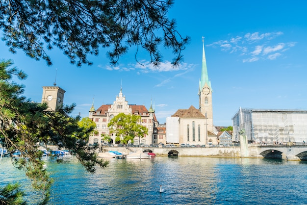 Die zürcher innenstadt mit den berühmten kirchen fraumünster und grossmünster und der limmat Premium Fotos