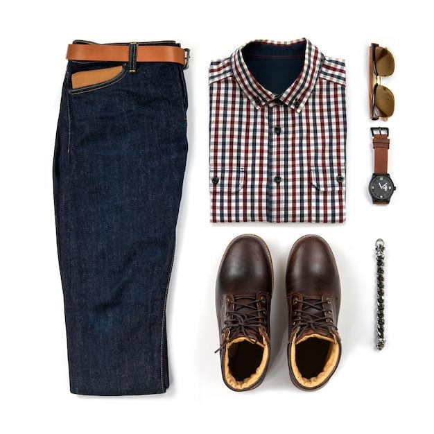 Die zufälligen ausstattungen der männer für mannkleidung mit dem braunen stiefel, uhr, blue jeans, gurt, geldbörse, sonnenbrille, bürohemd und armband lokalisiert auf weißem hintergrund, draufsicht Premium Fotos