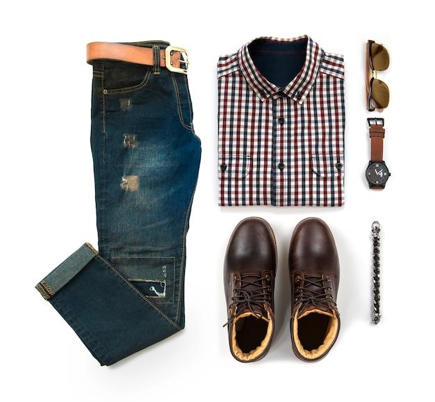Die zufälligen ausstattungen der männer für mannkleidung mit dem braunen stiefel, uhr, blue jeans, gurt, sonnenbrille, bürohemd und armband lokalisiert auf weißem hintergrund, draufsicht Premium Fotos