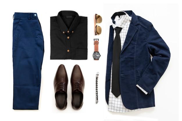 Die zufälligen ausstattungen der männer stellten mit den braunen schuhen, uhr, hose, sonnenbrille, bürohemd, matrose, armband und armband ein, die auf einem weißen hintergrund, draufsicht lokalisiert wurden Premium Fotos