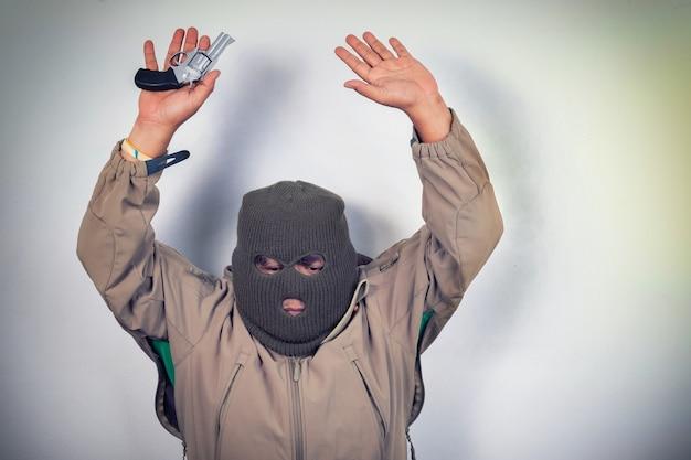 Dieb und pistole in der hand Premium Fotos