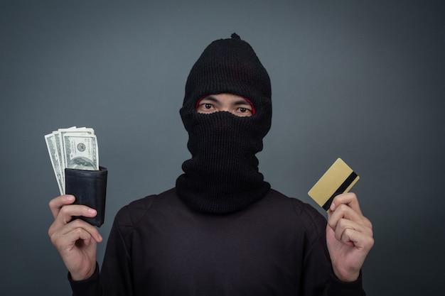 Diebe halten kreditkarten mit einem laptop für passwort-hacking-aktivitäten. Kostenlose Fotos
