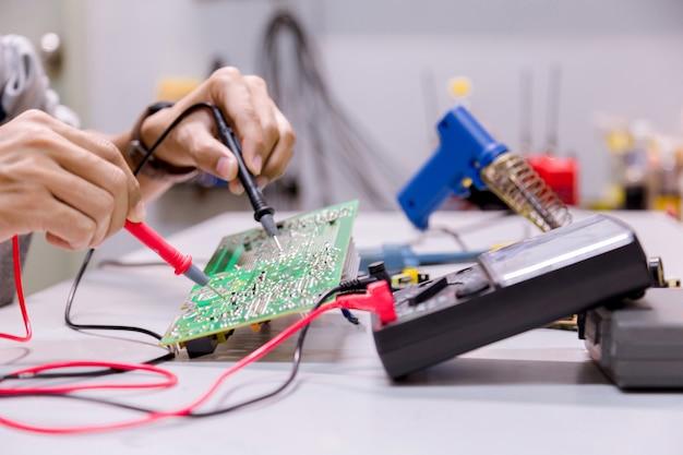 Dienstleistungen, reparatur von elektronischen geräten, zinnlötteilen. Premium Fotos