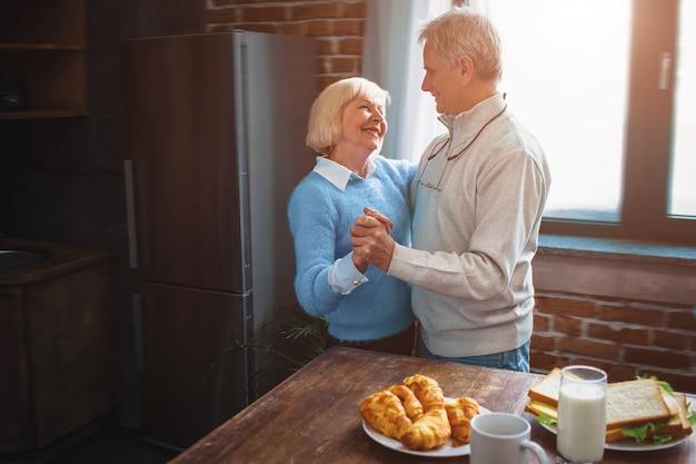 Dieses paar hat eine großartige zeit, in der küche zu tanzen und sich zu erinnern Premium Fotos
