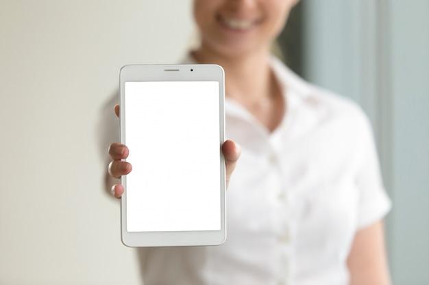 Digital-tablettenmodellschirm in den weiblichen händen, nahaufnahme, kopienraum Kostenlose Fotos