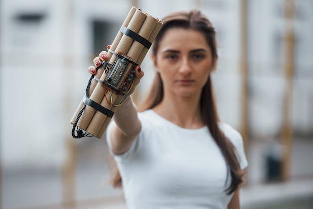 Digitale elemente. zeitbombe zeigen. junge frau, die gefährliche explosive waffe in der hand hält Kostenlose Fotos