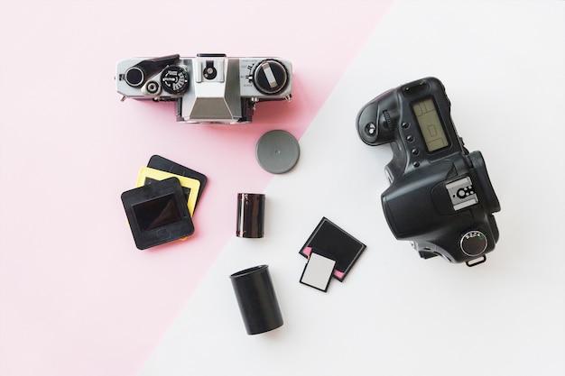 Digitale oder analoge slr-kamera mit dias, speicherkarten und 35-mm-film Premium Fotos