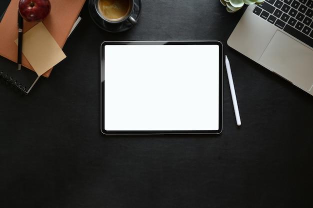 Digitale tablette des draufsichtleeren bildschirms am studioarbeitsplatz Premium Fotos